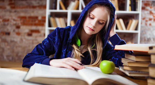عکس پروفایل دختر با کتاب