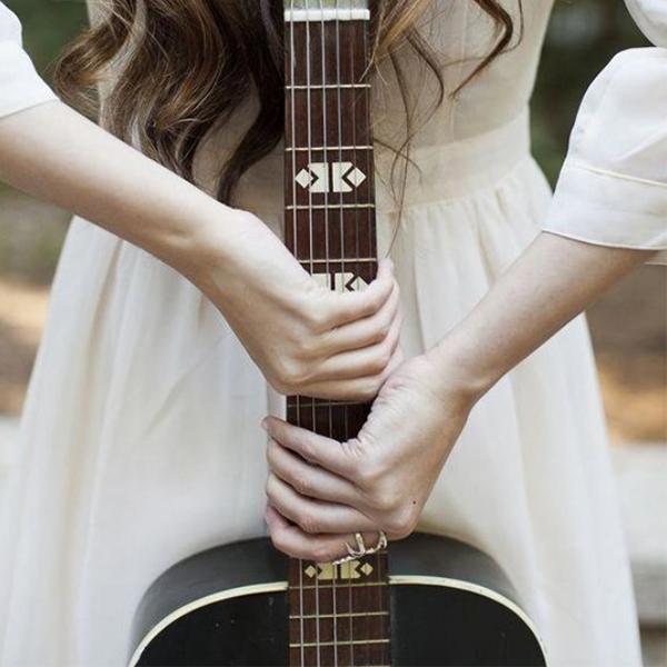 عکس دختر با گیتار از پشت