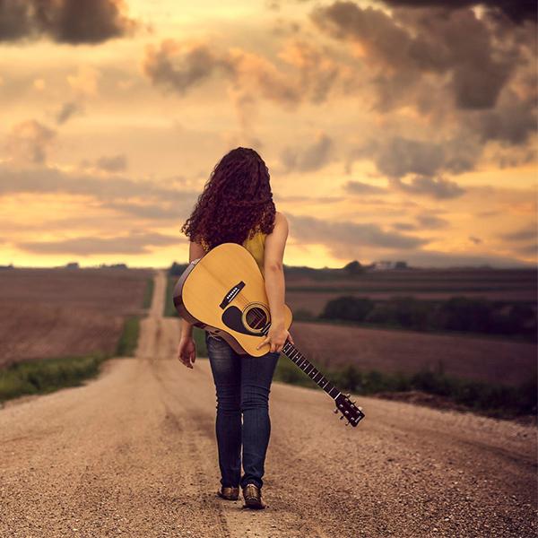 عکس دختر با گیتار در جاده