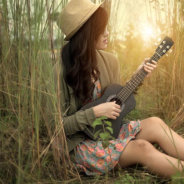 عکس دختر با گیتار و کلاه
