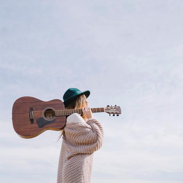 عکس دختر گیتار بدست برای پروفایل