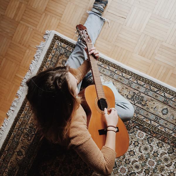 عکس دختر با گیتار اینستاگرام