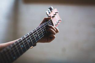 عکس پروفایل دختر با گیتار