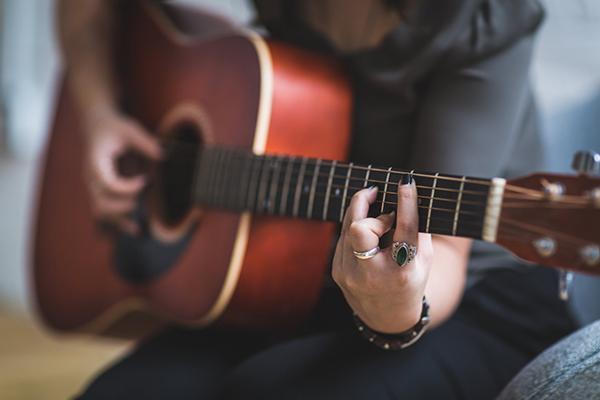 عکس دختر با گیتار برای پروفایل
