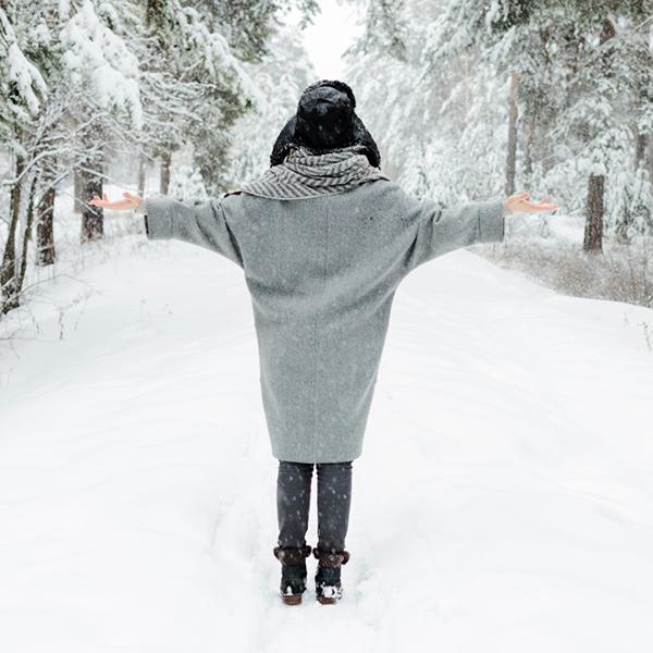عکس دختر در برف از پشت